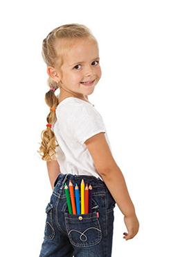 Ceruzaválasztás kislány