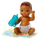 Barbie Skipper Babysitters: Păpuşă bebeluş cu păr brunet închis cu biberon albastru