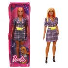 Barbie Fashionista barátnők: Rézvörös hajú molett Barbie kockás ruhában cipzáras tartóban