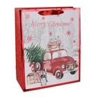 Karácsonyfát szállító autó mintás ajándéktasak, feliratos - 26 x 32 cm