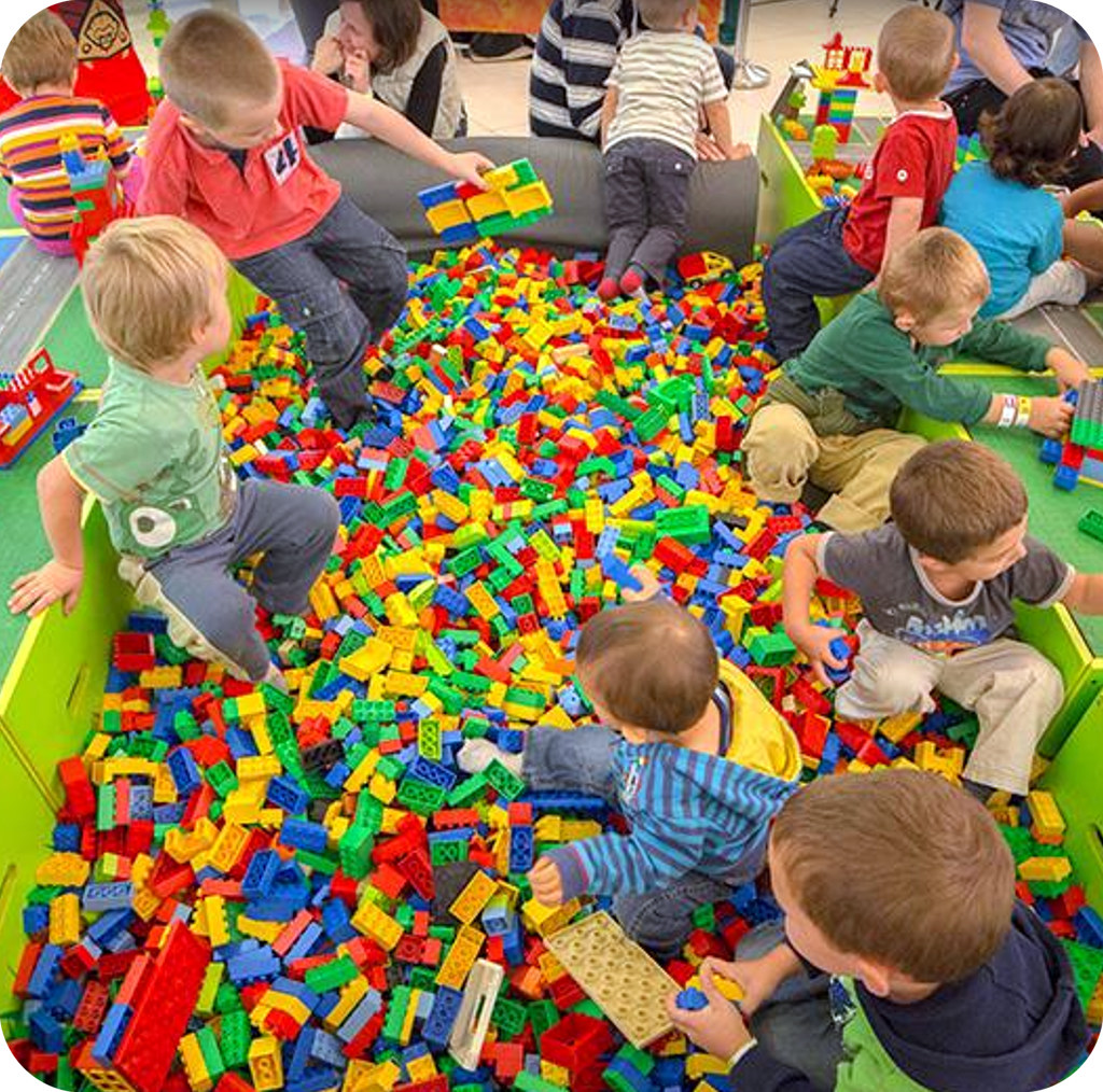 Társas- és építőjáték terem sok Legoval